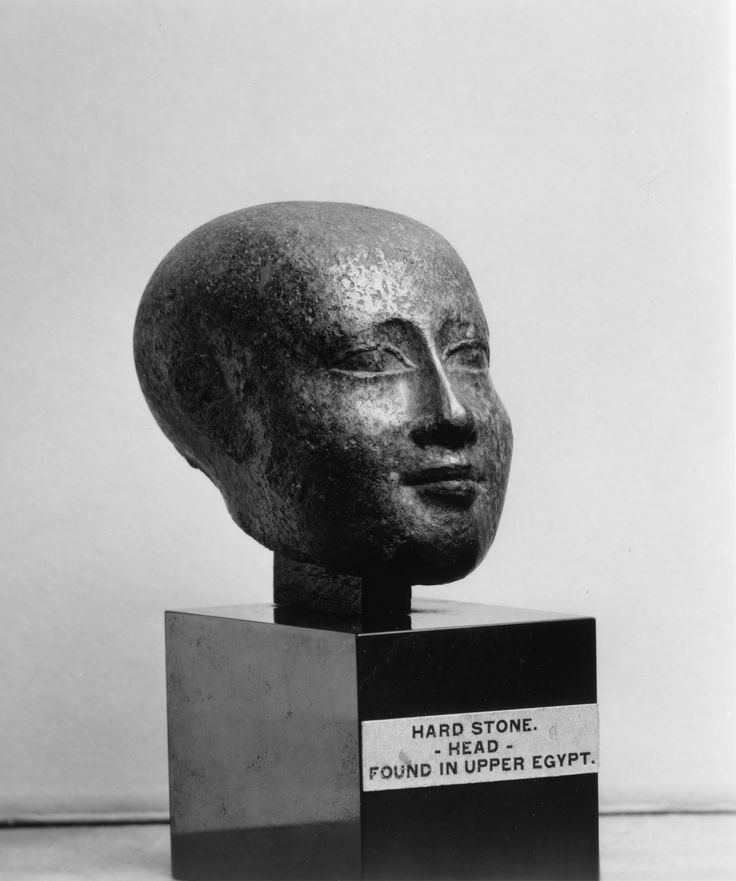 Hoofd van een priester ~ Uit Opper-Egypte ~ Saïdische periode ~ 26e Dynastie ~ ca, 664-525 ~ Grijs graniet ~ Hoogte 7,3 cm. ~ Walters Art Museum, Baltimore ~ Nalatenschap Henry Walters