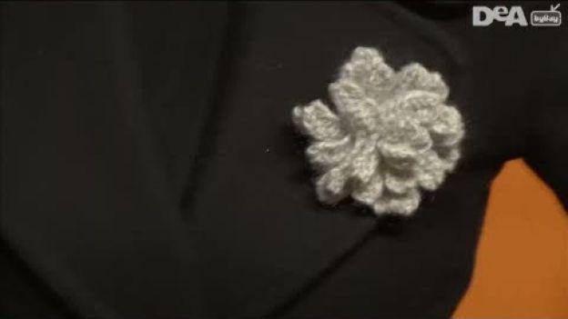 Spilla floreale fai da te - Consigli pratici.  Segui i nostri consigli pratici e impara a lavorare a maglia, realizzando da sola una spilla floreale. Crea accessori moda in modo semplice e rapido.