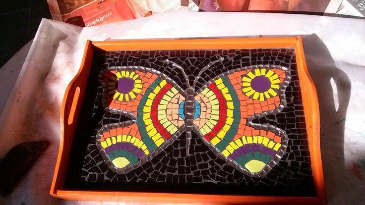 bandeja realizada con mosaicos de azulejos