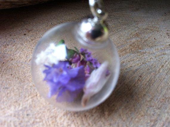 Glazen bol gevuld met gedroogde bloemetjes aan door Expressingbeauty