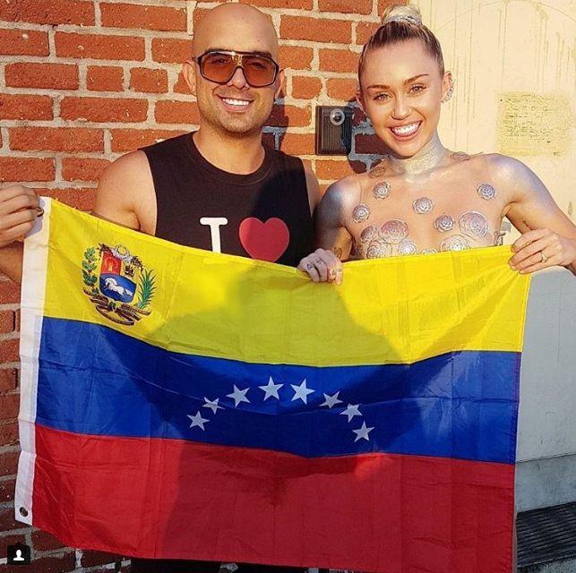 Miley Cyrus y el cantante Robert Vogu se retrataron unidos por Venezuela - http://www.notiexpresscolor.com/2017/08/28/miley-cyrus-y-el-cantante-robert-vogu-se-retrataron-unidos-por-venezuela/