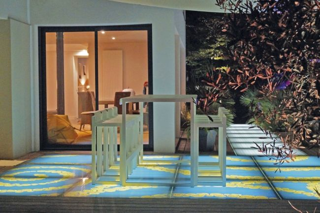 Véritable tableau de jour comme de nuit, la dalle DivineGlass® Light de la société Altiis apporte un nouvel éclairage à votre jardin. Focus sur ce produit qui associe l'art à la lumière...
