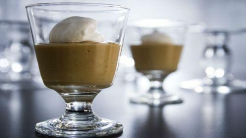 Poudings au butterscotch, crème fouettée au café