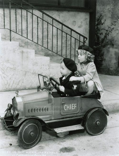 Camión de bomberos. Shirley Temple con Baby LeRoy, a principios de 1930s.