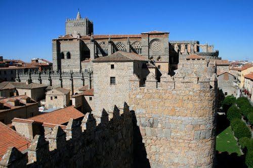 Vista de la catedral de Ávila desde un tramo de sus impresionantes murallas. La construcción de la catedral y de otros monumentos importantes de Ávila comienza en el siglo XI, una vez conquistado Toledo. La muralla romana está construída sobre otra muralla romana anterior. Ávila formaría parte de la Hispania Ulterior primero y de la Lusitana de Augusto después.