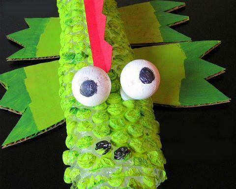 Riciclo creativo della plastica. Coccodrillo in pluriball e cartone - Tutorial Donnaclick