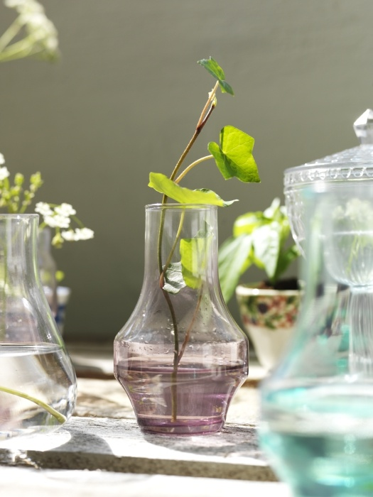 Ένας από τους πιο εύκολους τρόπους για να δώσετε έναν αέρα φρεσκάδας στο χώρο σας  είναι να προσθέσετε διάφορα λουλούδια και χρωματιστά γυάλινα βάζα!