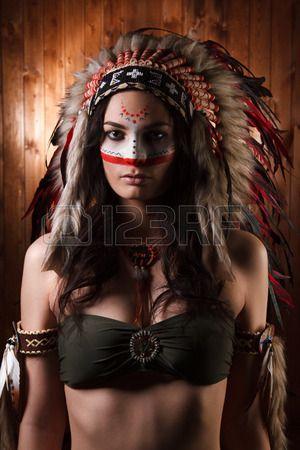 Femme indienne avec maquillage et coiffure traditionnelle regardant la caméra