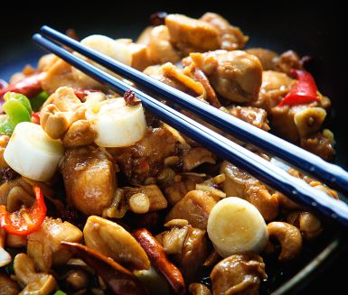 Sugen på något kryddstarkt till middag? Testa denna lättlagade kinesiska kycklinggryta med pirrig sichuanpeppar. Färsk ingefära och sherry fördjupar smaken och salta nötter ger en trevlig konsistensbrytning.