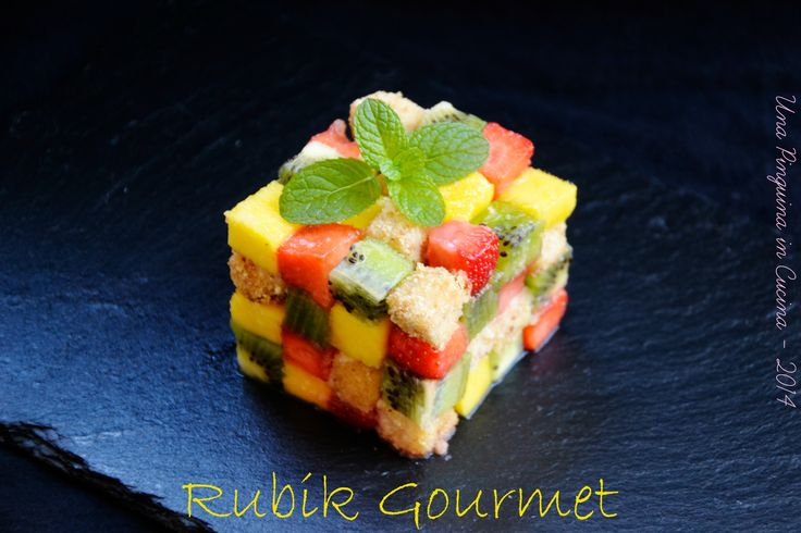 cubo di rubik con pescespada, fragole, kiwi e mango