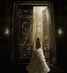 Spesso è il simbolo non solo dell'ingresso ma anche dello spazio segreto che vi è dietro, del potere misterioso su cui essa si apre.http://simbologia.altervista.org/porta.html