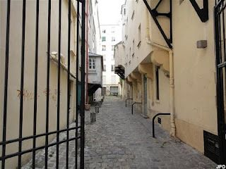 Impasse des Arbalétriers In this dead-end street (one of the oldest in Paris no less!), Louis of Orléans, Charles VI's younger brother, was assassinated in 1407 on the order of John the Fearless – a murder which fanned the flames of the Hundred Years War. With half-timbered facades and higgledy–piggledy cobbles, the Impasse des Arbalétriers has kept its medieval charm and character.