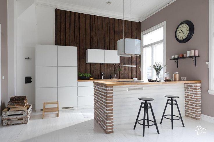 Rouheat tiilipäädyt keittiön saarekkeessa yhdessä päätyseinän laudoituksen kanssa tuovat hyvän kontrastin sisustukseen.