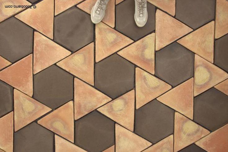 Los suelos de barro Girasol se componen con dos formatos de baldosas de barro: un hexágono regular y un triángulo equilátero sobre teselación de hexagrama regular de 20-40 cm de lado.