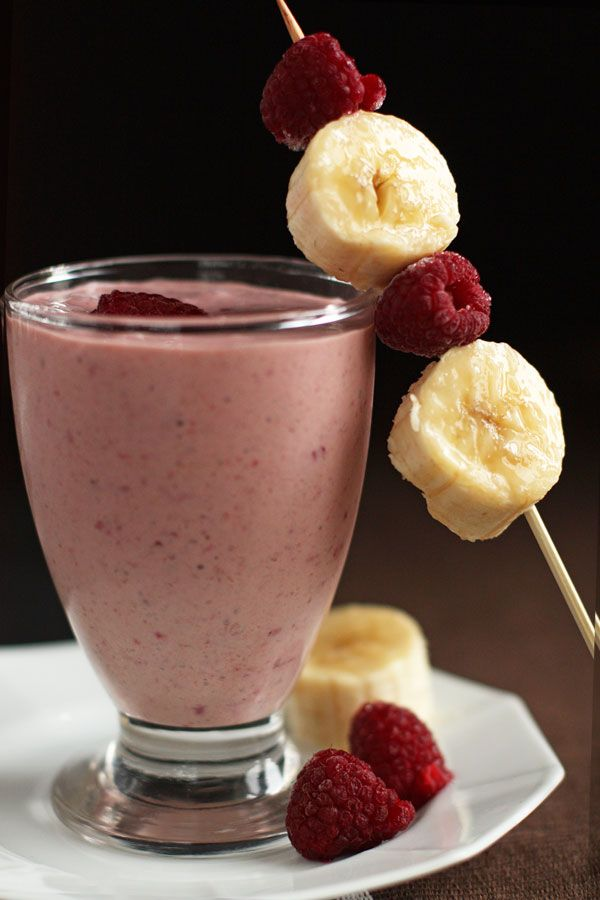 Вариация одного из моих самых любимых коктейлей: банан, молоко, замороженные ягоды и немного сахара. Получается холодный, густой и очень вкусный коктейль, который легко может заменить легкий прием пищи, особенно летом. Быстро готовится и хорошо освежает.