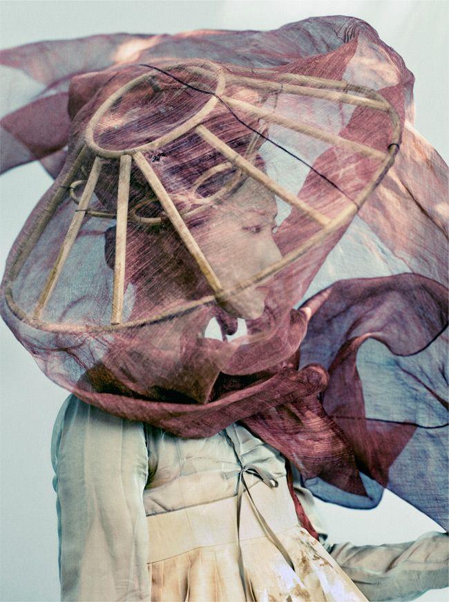 Hanbok : Korean traditional clothes [dress] By Kim Jungman (b. 1954), Mademoiselle Yukyung,  ce vêtement traditionnel constitue la véritable image de la Corée. Sous la dynastie Lee (1392-1910), les rois coréens ont imposé un confucianisme drastique.