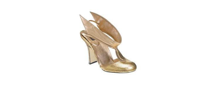 Des escarpins dorés avec un effet patiné très 80's, que l'on porte les soirs d'été pour sublimer son bronzage.