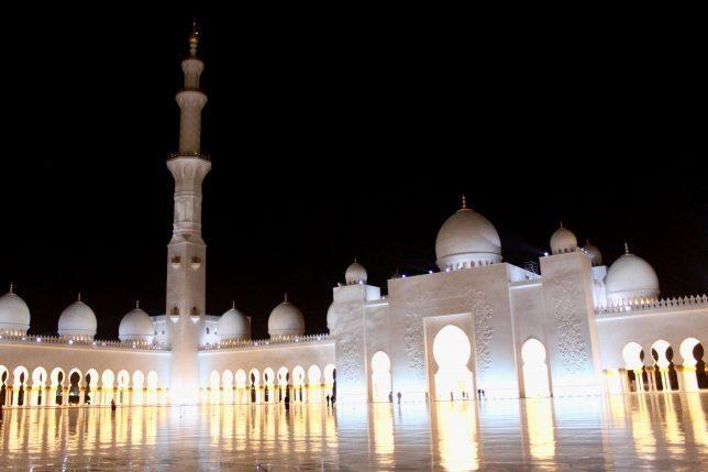 Vous avez une escale de plus de 6 heures à l'aéroport d'Abu Dhabi et souhaitez en profiter pour découvrir cet émirat? Cet article est donc pour vous ! Je vous conseille de visiter la mosquée Sheikh Zayed, une pure merveille