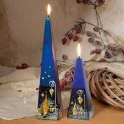 Pyramidenkerzen zur Tischdekoration, 2er-Set Wachskerzen mit Nachtdorf-Motiv, blau/rot, stimmige Weihnachtsdekoration, Höhe 15/25 cm