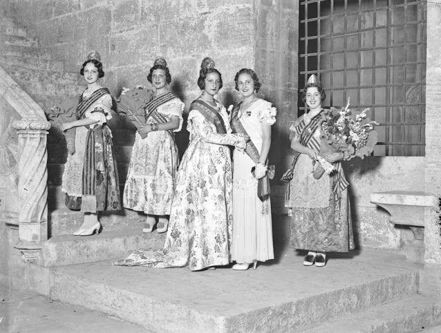 VALENCIA EN BLANCO Y NEGRO / 1933 - Fallera Mayor Leonor Aznar Carceller ante la escalera a la Cámara del Consulado de la Lonja de la Seda 1933 / vintage photography / traditions / Valencia