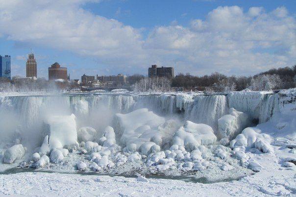 В США замерз Ниагарский водопад.  Полностью Ниагарский водопад замерзал в 1848 и 1912 годах.