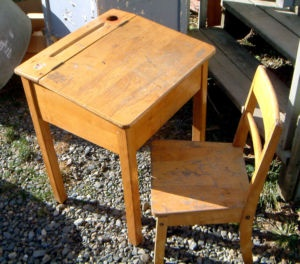 petit pupitre et chaise d cole antique school desk chair sherbrooke objets vendre kijiji. Black Bedroom Furniture Sets. Home Design Ideas