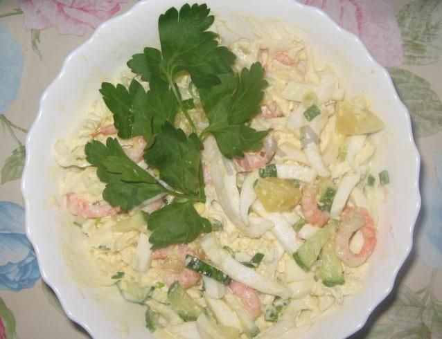 Салат из кальмаров креветок с яйцом и ананасами
