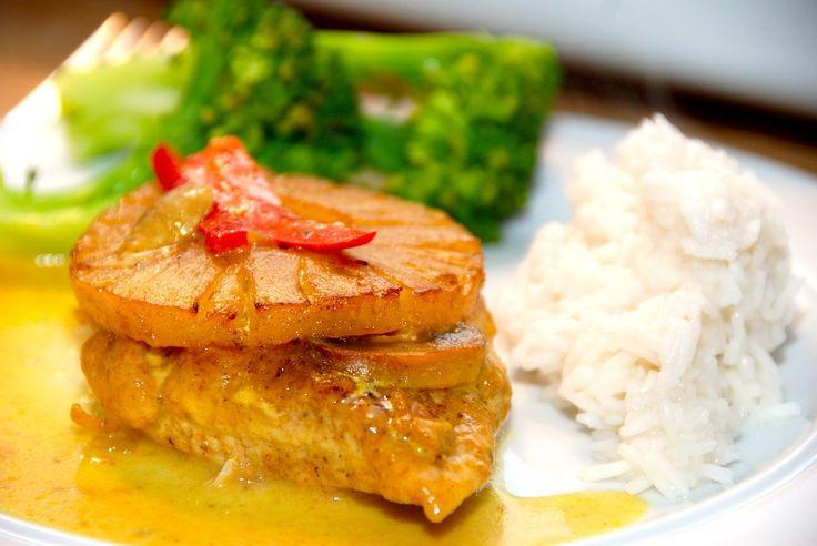 Den bedste opskrift på koteletter med ananas i fad. Koteletterne krydres med karry, og steges i ovnen i en lækker karrysovs med ananassaft. Koteletter med ananas i fad er en dejlig opskrift, der bå…