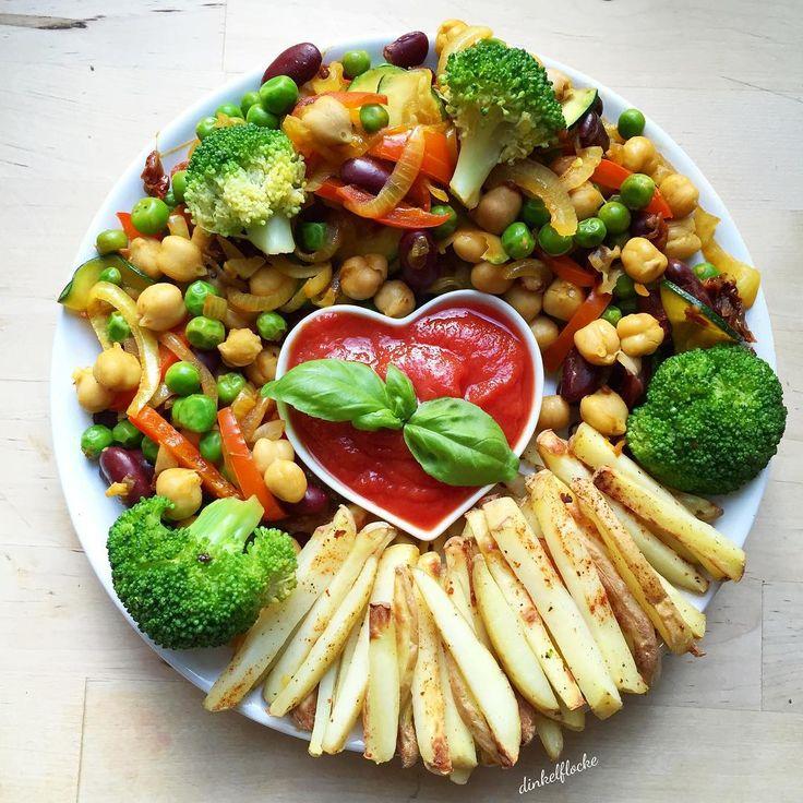 """""""Abendessen Ofenkartoffeln mit Ketchup und Gemüse. Wir verbringen den restlichen Abend auf der Couch  und ihr? Was sind eure liebsten abendlichen…"""""""