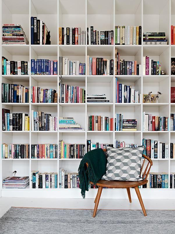 ספריה על כל הקיר, לפניה אפשר להציב 2-3 כורסאות אווריריות