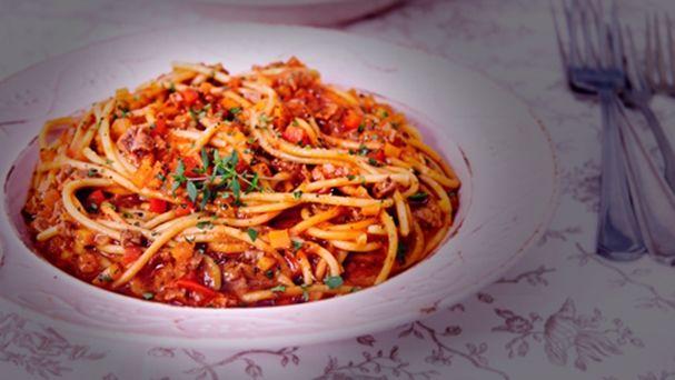 Spaguetti a la Bolognesa con carne cortada a cuchillo