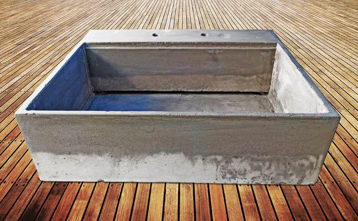 Fregadero de concreto con desague en la parte trasera y resaque para colocar tabla de trabajo o tapa del fregadero. Cocinas rusticas modernas