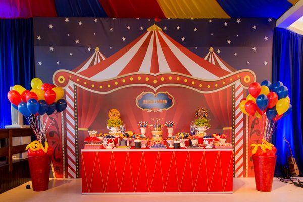 Festinha de aniversário - decoração tema circo - mesa de doces ( Foto: Nattan Carvalho )