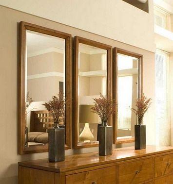 В настенном зеркале могут отражаться потолочные светильники и абажуры торшеров. Если зеркало висит возле столика, консоли или тумбы, в нем могут быть отражены ваза с цветами или зажженные свечи. Такой декор стен зеркалами впечатляет.