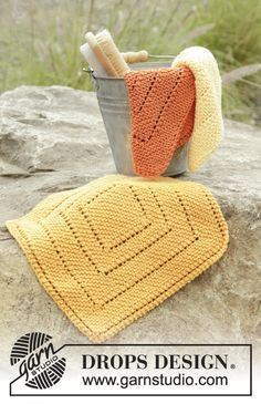 Knitted cloth in garter stitch and lace pattern in DROPS Safran. Free pattern by DROPS Design.