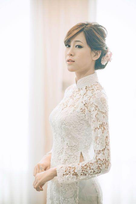Áo dài ren thanh lịch và gợi cảm cho cô dâu. Traditional Vietnamese wedding dress.