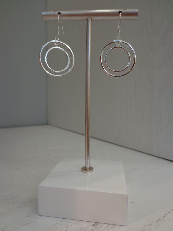 Lindos aros de doble círculo bañados en Plata Sterling 925, ideales para que luzcas preciosa!!!! #joyeria #jewelry #aros #bañodeplatasterling925