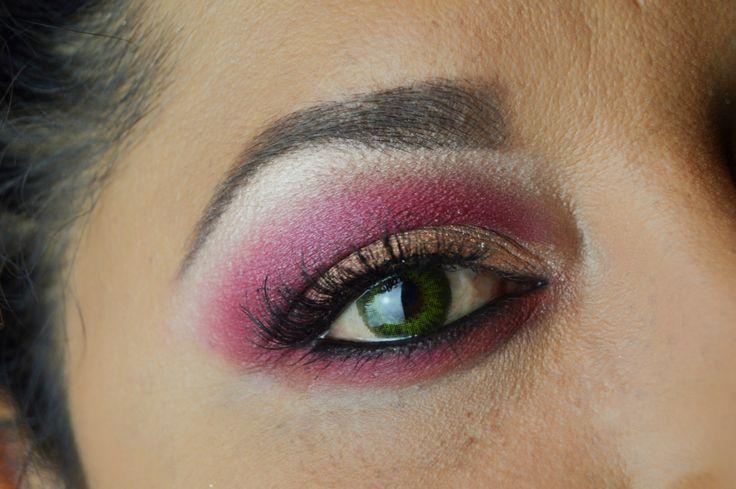 """Hoy os traigo un maquillaje precioso en tonos frambuesa que hice con la paleta de Anastasia Beverly Hills, """"Modern Renaissance"""". Empecé extendiendo por toda la cuenca del ojo y hasta el…"""