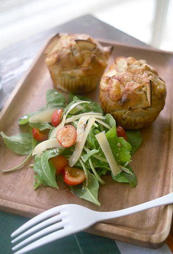 りんごとそば粉、チーズの相性は抜群!サラダを添えればお家でカフェごはんの出来上がり♪