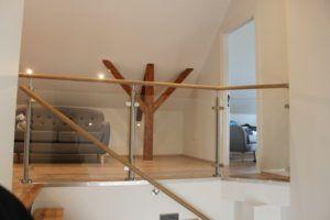 Håndløper til trapp og rekkverk ovenfor trapp med glass