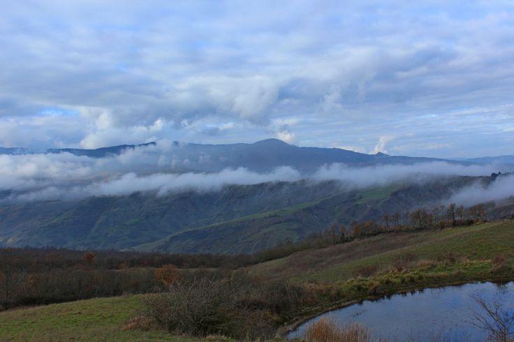 Amiata, la montagna madre coperta dalle nubi lungo la via Francigena verso Radicofani  #terredisiena