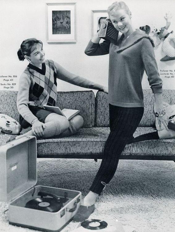 Plaatjes draaien in de jaren '60. Koffergrammofoon staat op de grond
