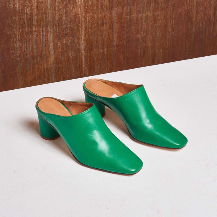 Shamrock green lends its colour to ANNE GREEN HEELS. Her soft sheep leather punctuated with a sophisticated cylindrical heel will look great paired with pleated