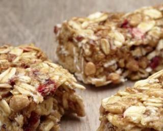 Barre de céréales protéinée : http://www.fourchette-et-bikini.fr/recettes/recettes-minceur/barre-de-cereales-proteinee.html