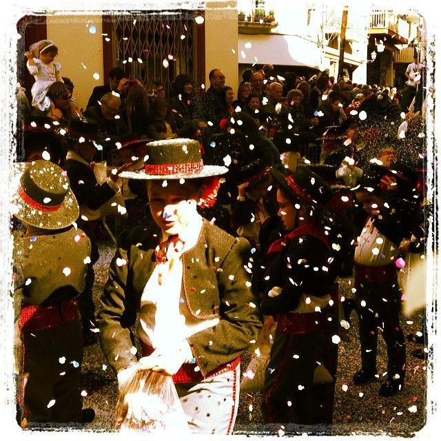 Autora: Annaesni (@annaesni) Títol: I com no la colla paperets un altre any omplint els carrers del poble #ruainfantil #carnaval14   Filtre Instagram: Kelvin. Data de publicació a l'Eco de Sitges: 7 de Març de 2014. Secció #6