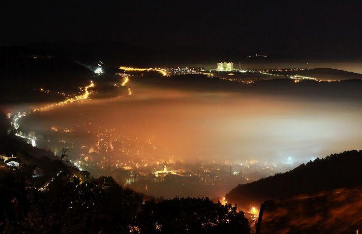 Trieste di sera con la nebbia, dall'altipiano - Il Piccolo