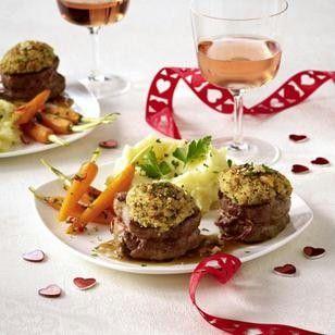 Valentinsmenü für Zwei: Schweinefiletmedaillons mit Kräuternusskruste, Gewürzmöhrchen und Kartoffelselleriepüree Rezept