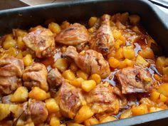 Szeretem, mert nagyon fincsi és könnyen összedobható étel! Hozzávalók: 6 csirkecomb 70 dkg megtisztított burgonya 1 nagy paradicsom 4 gerezd fokhagyma fél teáskanálnyi curry 0,5 dl szára vörösbor só, bors olaj Elkészítése: A megtisztí...