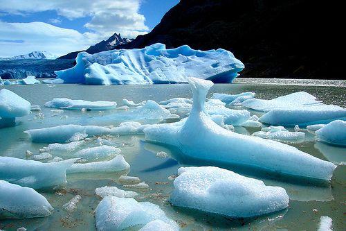 NAVEGACIÓN GLACIAR GREY Navegación a través del Lago Grey entre numerosos témpanos flotantes con caprichosas formas y tonalidades, producto de los desprendimientos del Glaciar Grey. La L/M Grey II nos llevará hasta la Pared Frontal de esta imponente maravilla natural que constituye el extremo del Gran Campo de Hielo Sur para disfrutar de una Aperitivo con los hielos milenarios y gozar de imponente vista..