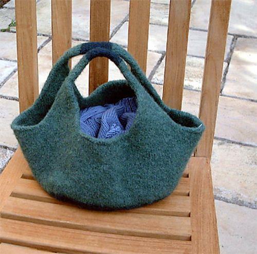 Rummelig taske, der i en del år har været populær på nettet. Den tager ikke lang tid at strikke. Kan varieres i størrelse, ved at sætte for i, ved at bruge flere farver osv.